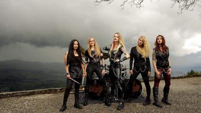 Burning Witches mit (von links): Lala Frischknecht (Schlagzeug), Larissa Ernst (Gitarre), Laura Guldemond (Gesang), Romana Kalkuhl (Gitarre) und Jeanine Grob (Bass). (Bild: zvg)