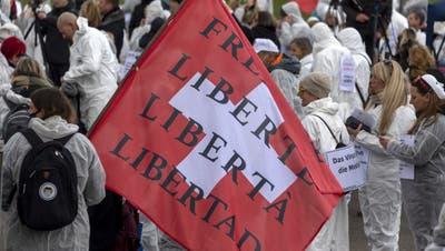 Anhänger des Vereins Stiller Protest machten ihrem Ärger am20. März bei einer Kundgebung in Liestal Luft. (Georgios Kefalas / KEYSTONE)