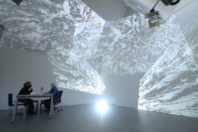 Auch die Ateliers in Hégenheim haben offen derzeit. Hier zu Besuch beim Künstlerduo Christine Camenisch und Johannes Vetsch, die für ihre Videoinstallationen bekannt sind.