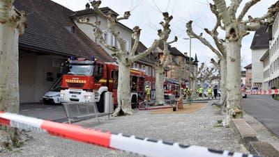 Das Bild zeigt einen Feuerwehreinsatz bei der Liegenschaft«Alte-Schmitte» an der Schulthess-Allee in Brugg. (Bild: mhu (26. März 2019))