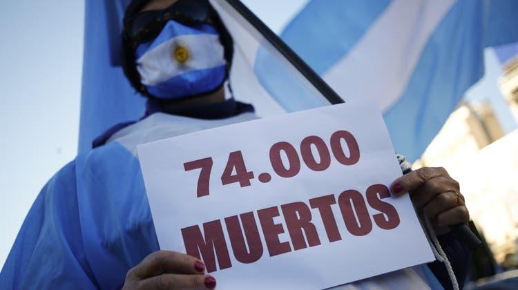 «74'000 Tote»: In Buenos Aires gehen Menschen gegen die argentinische Regierung auf die Strasse. Das Land ist zum neuen Coronahotspot in Lateinamerika geworden. (Foto: Marcos Brindicci / AP)