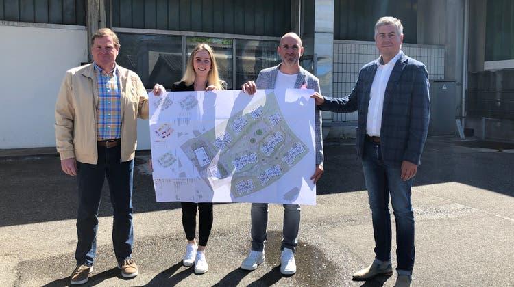 Gemeindeammann Hans Rätzer, Nadine Locher und Ivo Lenherr von fsp sowie Christian Hebes von der Bauherrin Fortimo AG auf dem Centravo-Areal in Othmarsingen. (Foto: Wif)