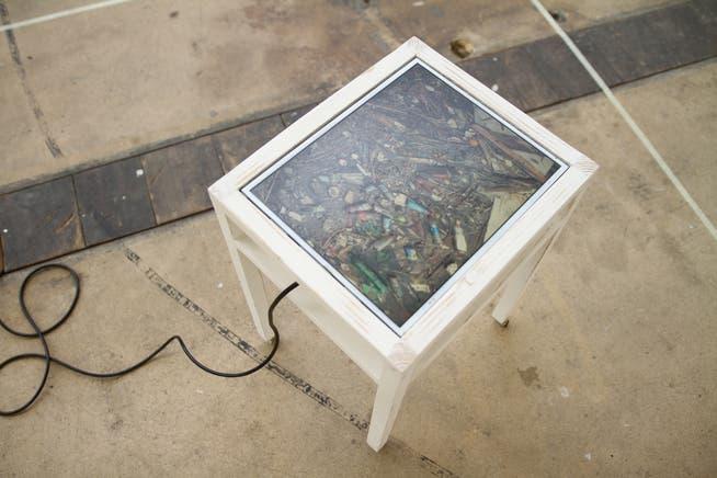 Da schwimmt er, der Plastikabfall im Meer bei Rotterdam. Die Videoinstallation von Mimi von Moos und ihre ganz unabstrakte Message.