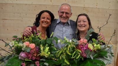 Roland Tuchschmid verabschiedet Karin Vetterli-Ruh und Verena Bachmann. (Bild: Margrith Pfister-Kübler)