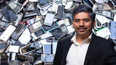 Elektroschrott ist zwar Schrott, aber auch hier steckt viel wertvolles Material drin. Seltene Erden finden sich vor allem auch in Magneten, wie sie in Smartphones oder Harddisks zum Einsatz kommen. (Aladin Klieber / Keystone-SDA)