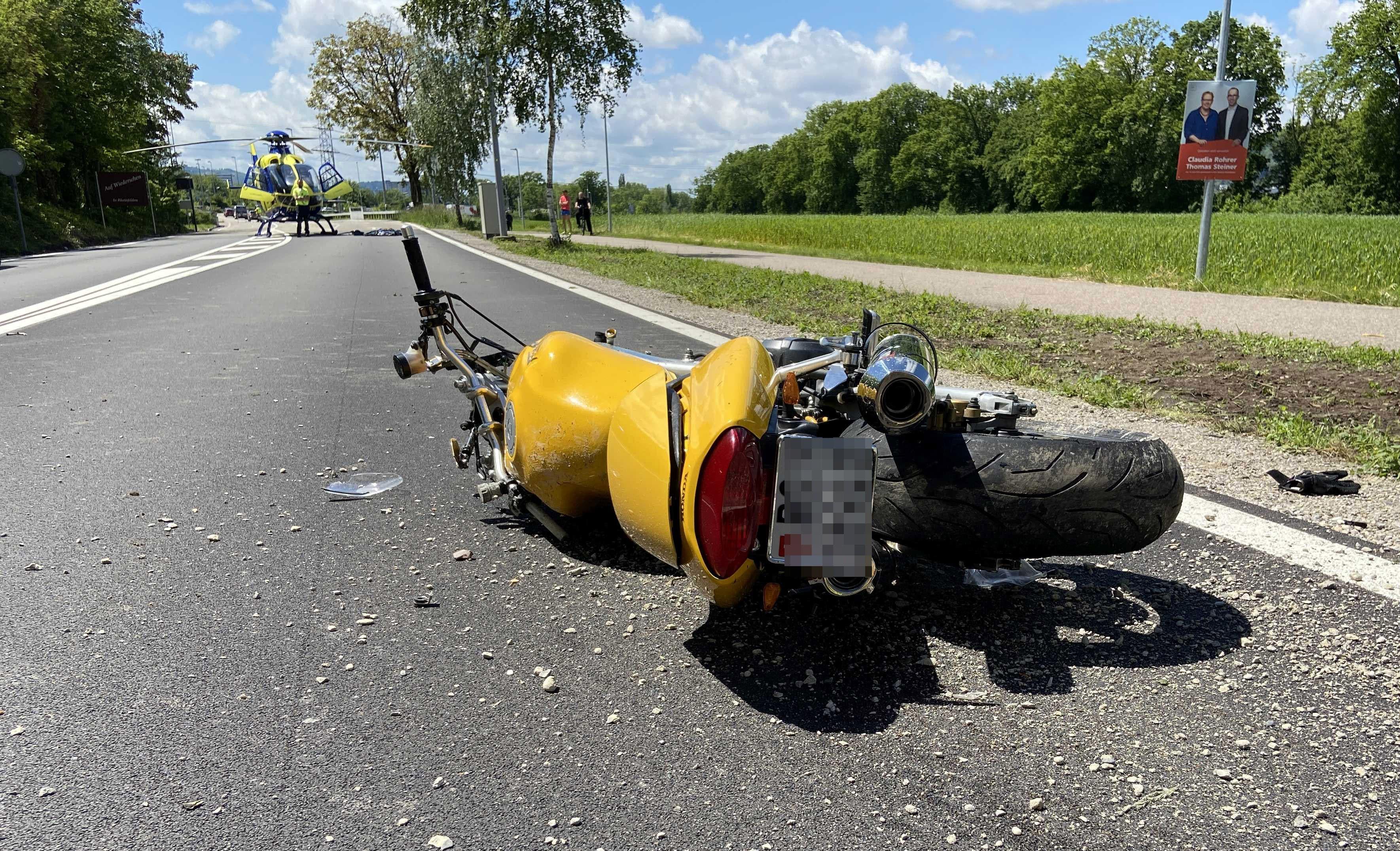 Rheinfelden AG, 27. Mai: Bei einem Überholmanöver kommt ein Töfffahrer zu Fall und wird schwer verletzt.