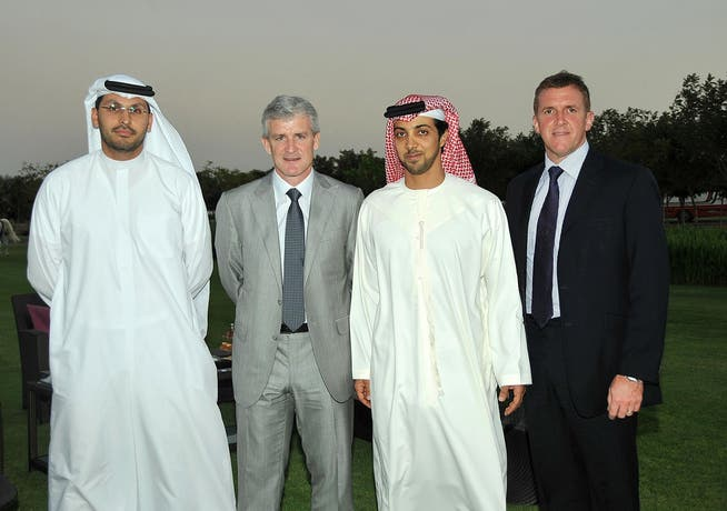 El jeque Mansour bin Zayed Al Nahyan (segundo desde la derecha) asumió la dirección del Manchester City hace diez años.