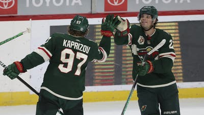 Kevin Fiala (rechts) mit seinem russischen Teamkollegen Kirill Kaprizow (Bild: Stacy Bengs / AP)