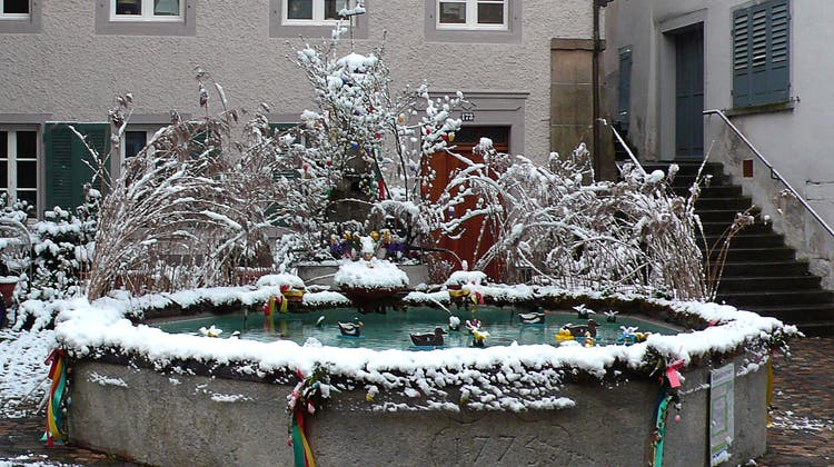 In Laufenburg zeigten sich die Osterbrunnenzuweilen in einem winterlichen Gewand. (Bild: Felix Klingele (7. April 2021))