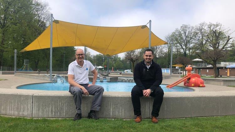 Jährliche Pressekonferenz des Schwimmbades Walkenmatt in Lenzburg. (von Links) Christof Hübscher und Christoph Remund (Anja Suter / Aargauer Zeitung)