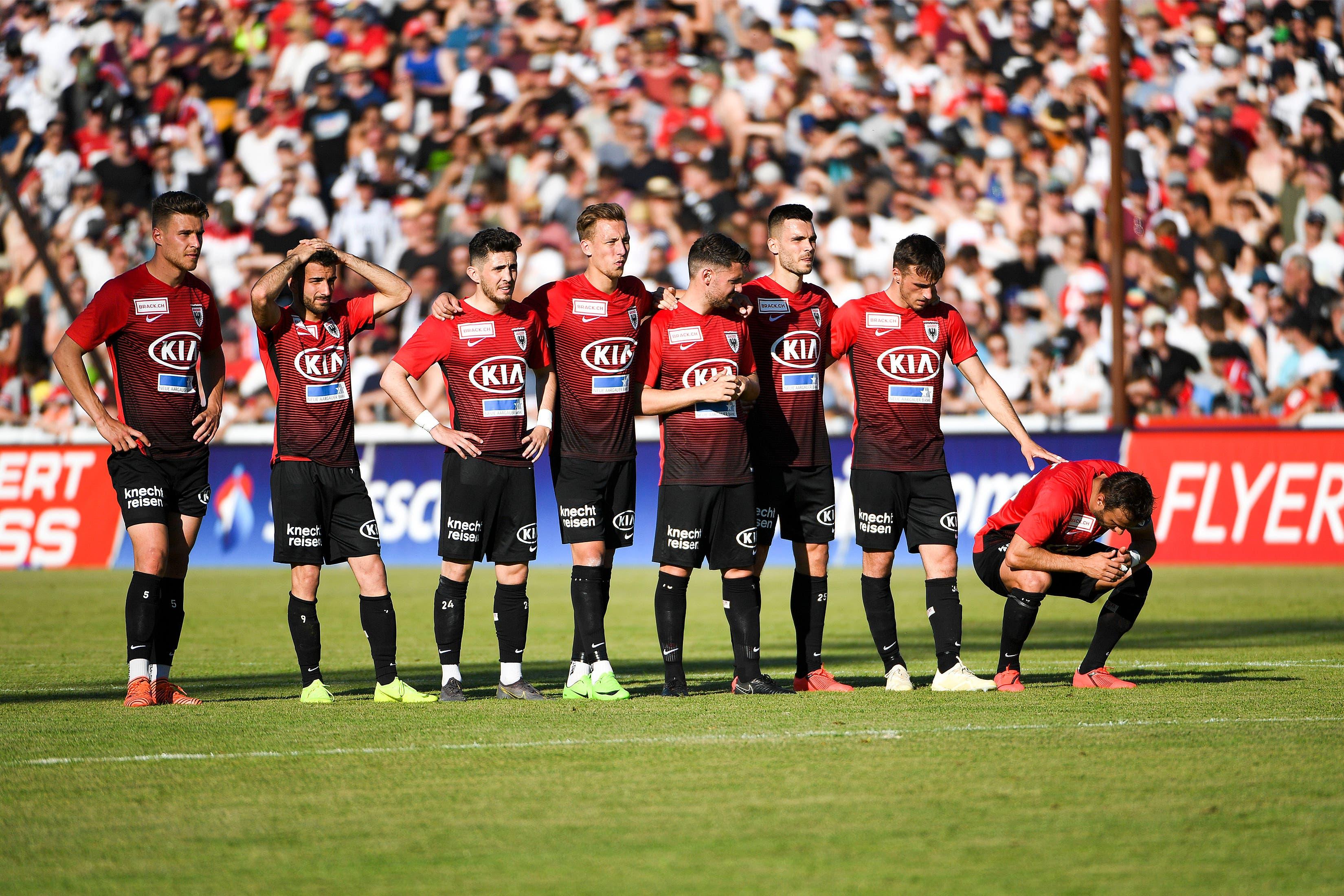 Das Spiel endete für Tasar (2. v. l.) und seine Aarau Kollegen mit der dramatischen Niederlage im Penaltyschiessen.