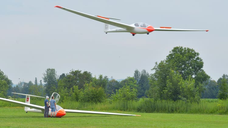 Ein Lagerteilnehmer landet, während der nächste bereits auf seinen Start auf dem Segelflugplatz Amlikon wartet. (Bild: Mario Testa)