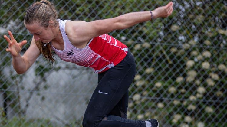 Kampf mit kalten Füssen: Die Athletentrotzen am Eröffnungsmeeting Willisau den ungemütlichen Bedingungen