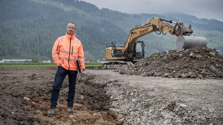 Andreas Keiser, Geschäftsführer der Genossenkorporation Buochs, auf einer frisch renaturierten Parzelle. (Bild: Pius Amrein  (Buochs, 30. April 2021))