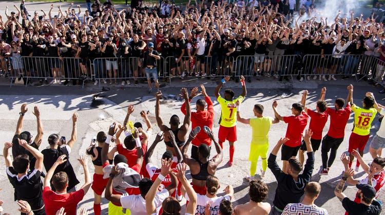Die Sion-Fans feiern vor dem Tourbillon ihre Nichtabstiegs-Helden. (Jean-Christophe Bott / KEYSTONE)