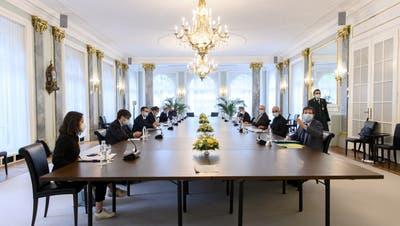 Die Fraktions- und Parteichefs der Regierungsparteien tauschen sich an den Von-Wattenwyl-Gesprächen mit dem Bundesrat aus (7. Mai 2021). (Anthony Anex / KEYSTONE)