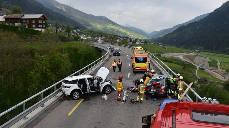 Die Feuerwehr musste zwei Personen aus ihrem demolierten Auto befreien. (zvg)