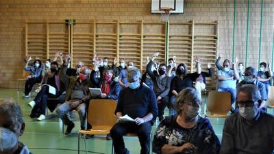 Mit Masken und Abstand: Die Basadingen-Schlattinger Gemeindeversammlung vom vergangenen Freitagabend. ((Bild: Thomas Güntert))