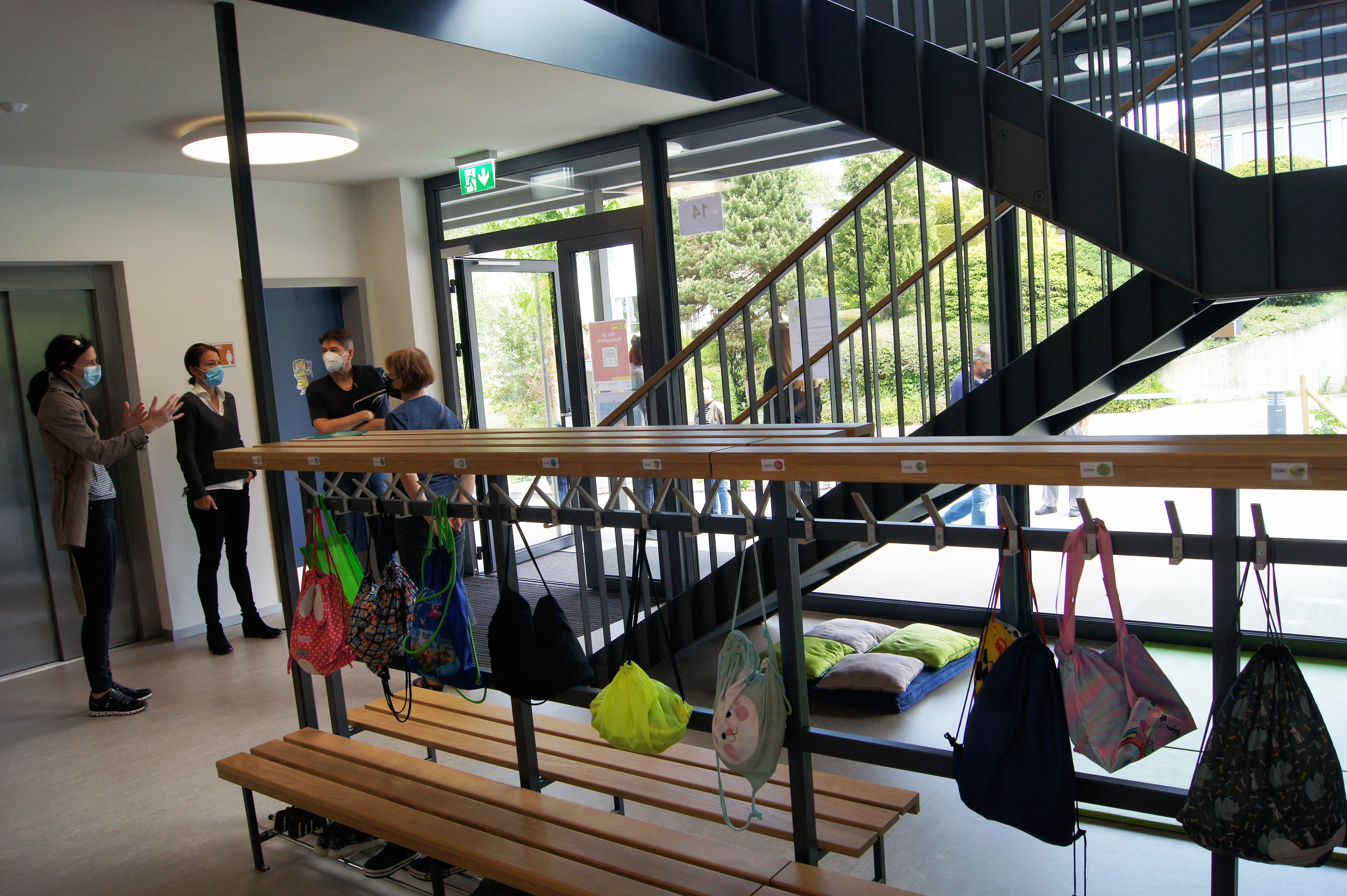Während gut drei Stunden besuchten rund 150 Uitiker, darunter viele Eltern mit Kindern, die nach den Frühlingsferien eröffneten hellen Schulräume auf zwei Stockwerken.