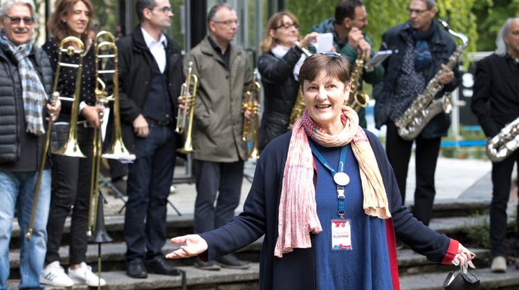 OK-Präsidentin Susanne Slavicek (v.) beim Eröffnungskonzert der Formation Salz & Pfäfferim Kurpark. (Rolf Jenni)