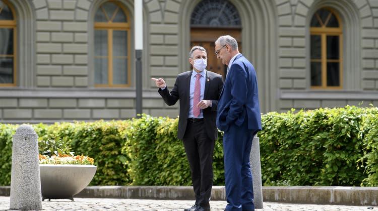Mediale Offensive: Die Bundesräte Ignazio Cassis (l.) und Guy Parmelin schlagen neue Töne an. (Keystone)