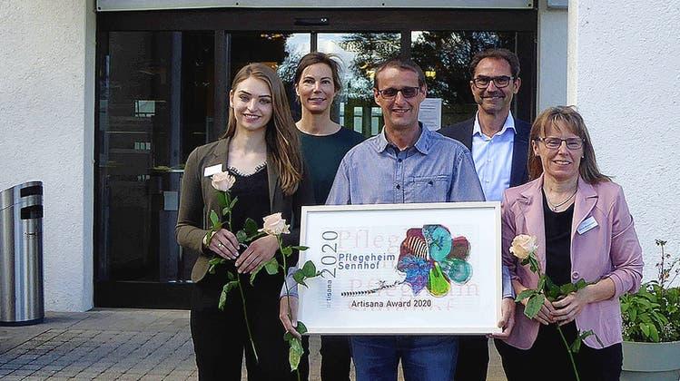 Artisana-Award für Pfllegeheim Sennhof Vordemwald, vorne von links: Edona Osmanaj, Patrick Bichsel und Silvia Wyssman von Human Resources Sennhof, hinten Stefanie Ohm und Hans Rupli vom Verein Artisana. (Schb/Zvg)