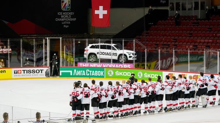 Die Schweizer bei der Hymne nach dem 6:0-Sieg gegen Weissrussland. (Freshfocus)