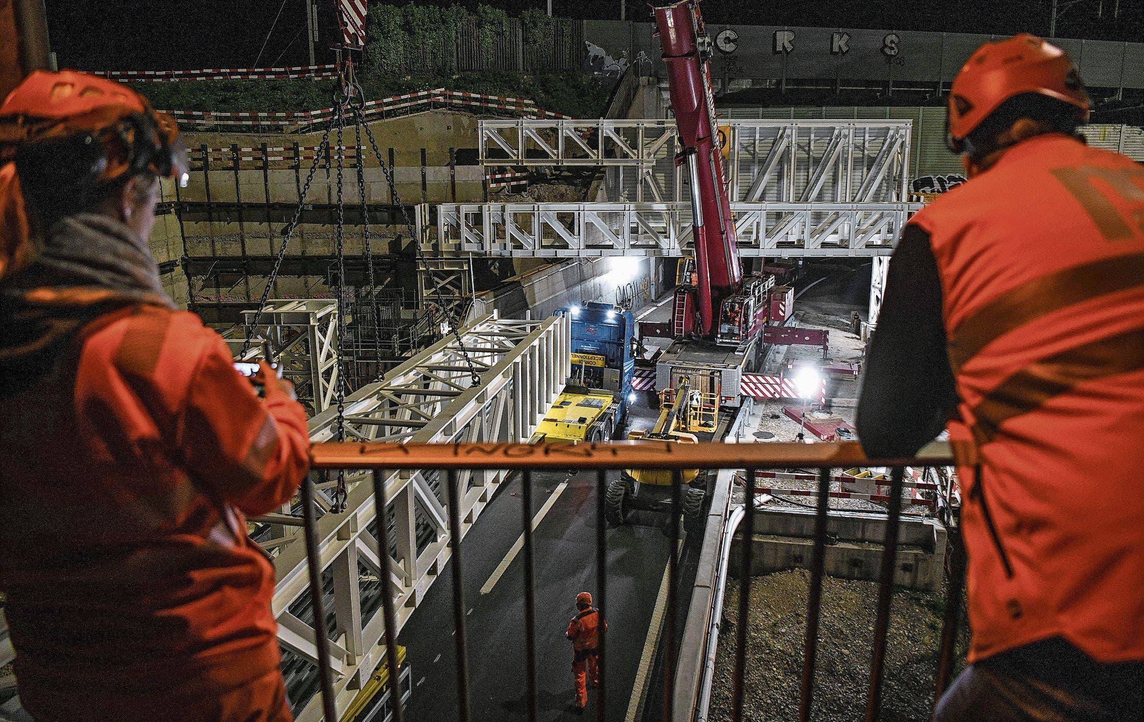 In der Nacht von Freitag auf Samstag wurden vier riesige Fachwerkträger über der A18 beim Autobahnkreuz Hagnau montiert. Es war Millimeterarbeit, die fesselte.