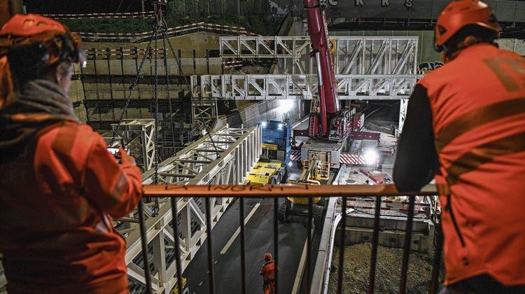In der Nacht von Freitag auf Samstag wurden vier riesige Fachwerkträger über der A18 beim Autobahnkreuz Hagnau montiert. Es war Millimeterarbeit, die fesselte. (Juri Junkov)