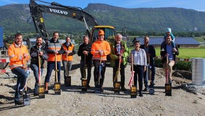 Spatenstich Erweiterung Ara Selzach mit Vertretern der Gemeinde und den beteiligten Baufirmen und Ingenieurbüros. (Nadine Schmid / Grenchner Tagblatt)