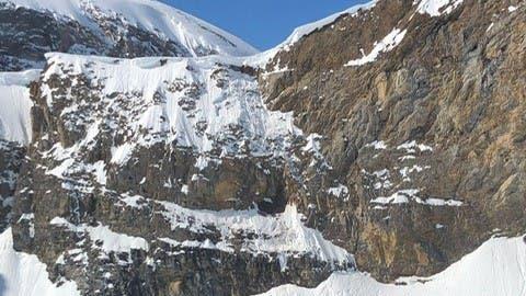 Der Mann stürzte über ein rund 80 Meter hohes Felsband und weitere rund 80 Meter über ein Schneefeld. (Bild: Urner Kantonspolizei)