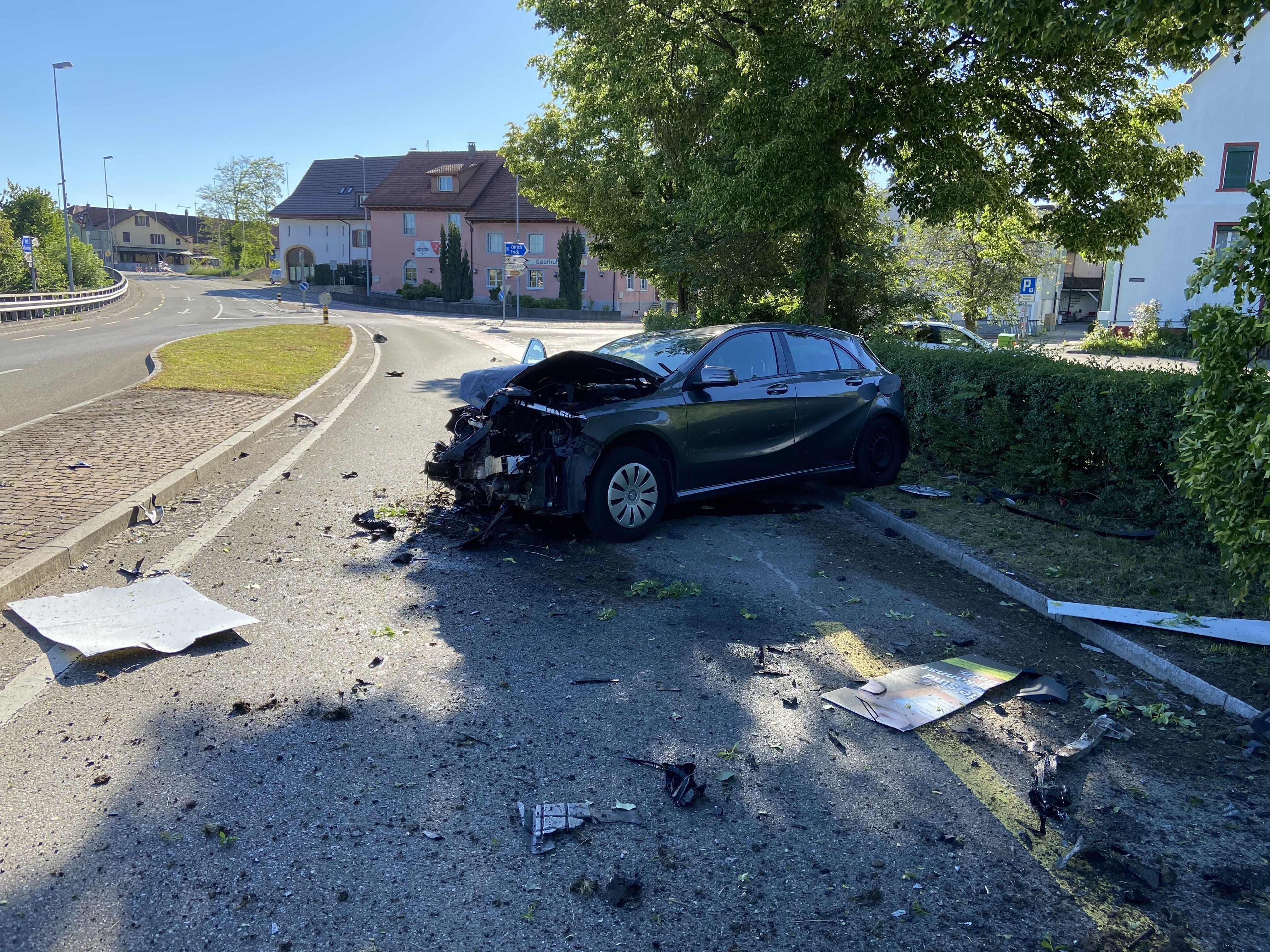 Stein AG, 30. Mai: Zwei unbekannte klauen einen Mercedes und verunfallen damit. Die Polizei verhaftet später einen 21-jährigen Deutschen.