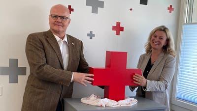 Der bisherige Präsident Marc Geissbühler übergibt der neuen Präsidentin Kathrin Prätz offiziell die Geschicke vom Roten Kreuz Unterwalden. (Bild: PD)
