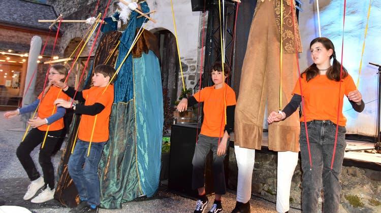 Augenzwinkernde Erinnerung an die «Carmen»-Inszenierunggrosse Menschen lassen zum Ende der Schlossmediale Werdenberg kleine Kinder wie Marionetten laufen. (Bild: Heidy Beyeler)