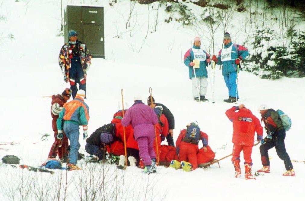 Helfer kümmern sich um die schwerverletzte Ulrike Maier (36) nachdem sie mit rund 105 Stundenkilometern bei der Weltcup-Abfahrt in Garmisch-Partenkirchen frontal gegen die Absicherung eines Geschwindigkeitsmessers geschleudert war. (Archivbild vom 29. Januar 1994) .