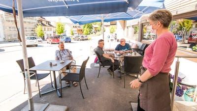 Seit Montag dürfen die Restaurants ihre Gäste draussen und drinnen bewirten. Die Kunden zieht es angesichts der warmen Temperaturen auf die Terrasse, wie hier im Restaurant Bistrosiin Reigoldswil. (Nicole Nars-Zimmer)