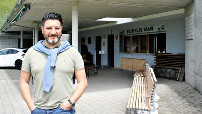 FC-Diessenhofen-Präsident Toni Palella vor der Fair-Play-Bar. (Bild: Dieter Ritter)