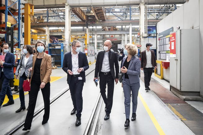 In den Zürcher MAN-Werkhallen: Sommaruga mit Patrik Meli (Direktor MAN Energy Solutions), Erfinder Betrand Piccard und der Zürcher Stadtpräsidentin Corinne Mauch.