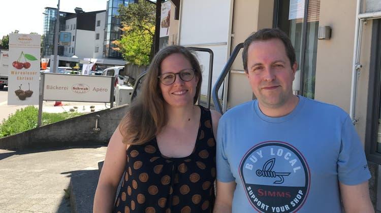 Stefanie und Martin Schwab vor ihrer Bäckerei. (ZVG)
