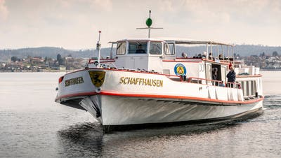 Ein Schiff der URhbeim Hafen in Berlingen. (Bild: Andrea Stalder)