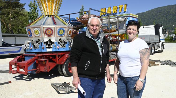 Willi Marti und Rachel Garcia, Karussellbetrieb Marti, Biberist: Rachel Garcia baut auf dem Badiparkplatz einen Lunapark auf. (Oliver Menge)