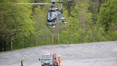 Abtransport der Trümmerteile: Der Pilot konnte sich vor dem Absturz seines Kampfjets mit einem Fallschirm retten. (Bild: Florian Pfister)