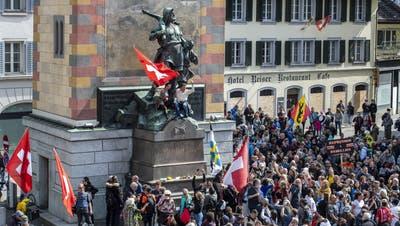 Im April demonstrierten Massnahmengegner beim Tell-Denkmal in Altdorf. Teile von ihnen haben unter dem Namen «Freunde der Verfassung» auch das Referendum gegen das Covid-Gesetz ergriffen. (Urs Flüeler/Keystone)