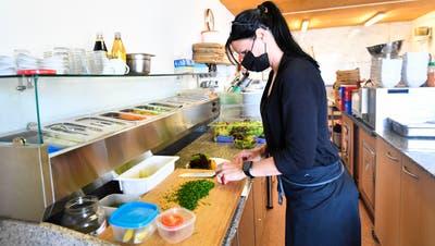 Restaurants, hier das «Juchental» in Steckborn, dürfen die Gäste wieder im Innen- wie im Aussenbereich bewirten. (Bild: Donato Caspari)