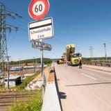 Die Fahrbahn der Bahnbrücke in Muttenz ist eng und soll es auch bleiben. (Nicole Nars-Zimmer)