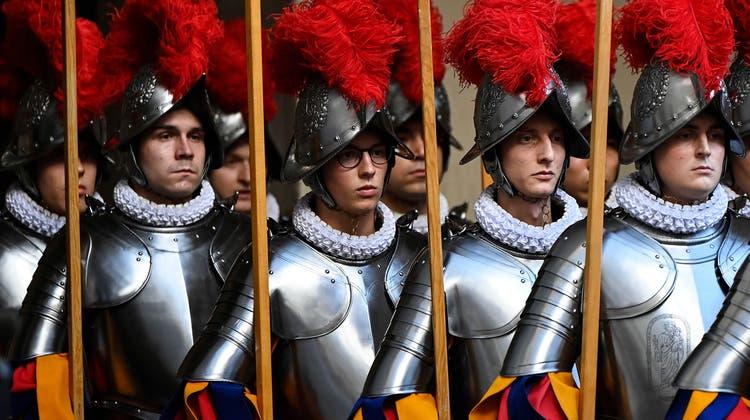 Müssen wohl auch weiterhinWehrpflichtersatzabgabe bezahlen: Schweizergardisten bei der Vereidigung im Vatikan. (Keystone)