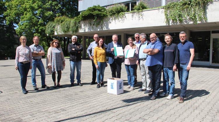 Vertreter von SVP und die Mitte übergaben der stellvertretenden Gemeindeschreiberin Michelle Hunziker (Mitte) die Unterschriften zum Zwillingsreferendum. (Andrea Weibel)