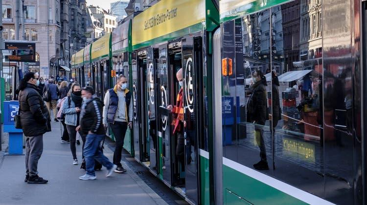 Bitte einsteigen: Bis 20 soll der öffentliche Verkehr in Basel gratis werden. Das fordert eine Initiative. (Kenneth Nars)