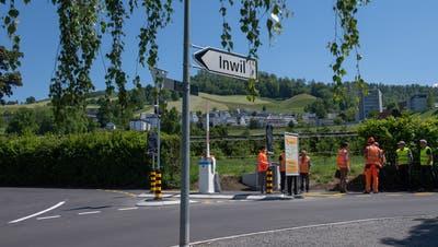 Am Montagnachmittag kümmern sich die Fachleute um die Barriere an der Verzweigung Alte Baarerstrasse/Göblistrasse. (Bild: Maria Schmid (Zug, 31. Mai 2021))