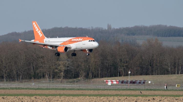 Dürfte bald ausgedient haben: Ein Airbus A320 landet am Euro-Airport. Im Herbst werden die ersten Modelle des umweltschonenderen Typs A320neo nach Basel geliefert. (Kenneth Nars)